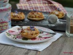 Empreintes tartelettes ( Pour 12 tartelettes) 1 pâte sablée maison ou du commerce 500 g de pommes 1 + 1 cs de rhum 1/2 cs de miel 2 blancs d'œufs 1 pincée de sel 50 g de sucre 1/2 cc de cannelle (facultatif) 25 g de beurre 30 g de raisins secs 70 g d'amandes...