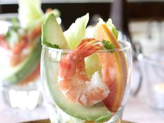 The best Prawn, avocado and papaya cocktails recipe you will ever find. Welcome to RecipesPlus, your premier destination for delicious and dreamy food inspiration. Papaya Cocktail Recipes, Papaya Recipes, Avocado Recipes, Seafood Dishes, Seafood Recipes, Cooking Recipes, Recipe In Grams, Prawn Cocktail, Cold Dishes