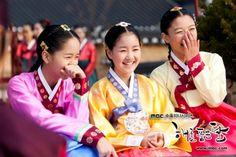 The Moon That Embraces the Sun ♥ -  young Bo Kyung (Kim So Hyun),  young Princess Min Hwa (Jin Ji Hee),  young Yeon Woo (Kim Yoo Jung)