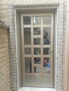 Puerta Front Door Design Wood, Grill Door Design, Sliding Door Design, Door Gate Design, Main Door Design, Aluminium Door Design, Aluminium Doors, Mid Century Modern Door, Door Frame Molding