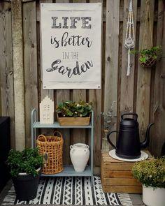 ♥LIFE IS BETTER IN THE GARDEN!♥ En ja hoor ik kon m'n nieuwe hoekje afmaken nadat ik vandaag deze geweldige tuinposter heb ontvangen van @yvonnecup!!! Oh wat ben ik blij!♡ Het kruikje had ik van de week bij de kringloop gescoord en net nog ff snel wit gemaakt! En ik heb ook een eindelijk een #lungogieter gekocht (bij @intratuin_tuincentrum)...stond al een tijdje op m'n wishlist! Dus m'n verjaardagscentjes zijn goed besteed!!! Geniet van jullie avond lieverds!♡ #kijkjeindetuin #tuinposter…