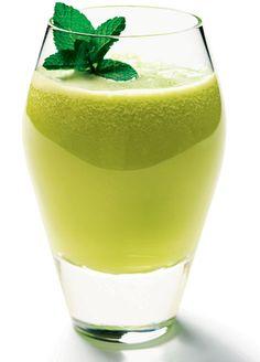 Suco detox de melão - Rende: 1 copo (300 ml)  Calorias por porção: 127  Ingredientes • 2 fatias médias de melão  • 2 rodelas médias de abacaxi  • Folhas de hortelã a gosto  • 1 copo (200 ml) de água gelada  Modo de fazer: Bata todos os ingredientes no liquidificador. Beba sem coar.