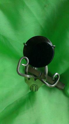 Zwarte knoop in zilveren armband gemaakt van een vork. fork sillver. fourchette argent