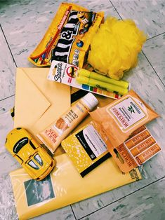 VSCO - Yellow makes people happy! Cute Birthday Gift, Friend Birthday Gifts, Diy Birthday, Birthday Presents, Bff Gifts, Best Friend Gifts, Cute Gifts, Gifts For Friends, Box Of Sunshine