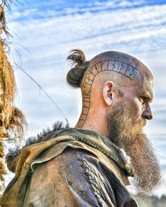 Wonderful inspiring ideas to have a look at – Norse Mythology-Vikings-Tattoo Vikings Show, Vikings Tv Series, Viking Head, Viking Age, Norse Tattoo, Viking Tattoos, Guerrero Tattoo, Kopf Tattoo, King Ragnar