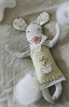 33 Ideas Sewing Toys Animals Mice For 2019 Felt Crafts, Fabric Crafts, Sewing Crafts, Sewing Projects, Pet Toys, Doll Toys, Doll Patterns, Sewing Patterns, Bear Patterns