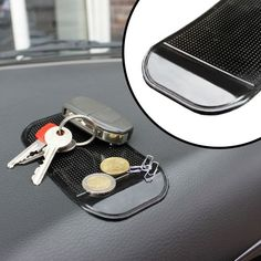 Nase voll von herumfliegenden Gegenständen während der Fahrt? Mit dem Anti Rutsch Pad sicherst Du ganz einfach Deine Utensilien. via: www.monsterzeug.de