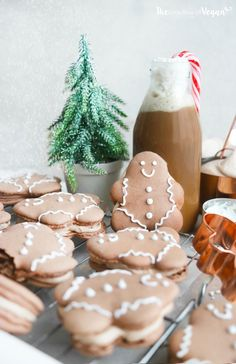 Delicious chocolate macaron filled with a light & smooth gingerbread buttercream, decorated with homemade ingredient) royal icing! Perfect for Christmas! Vegan Christmas, Christmas Goodies, Christmas Desserts, Christmas Treats, Macarons Christmas, Christmas Chocolate, Christmas 2019, Merry Christmas, Holiday Baking