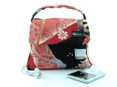 An oh sew stylish DIY iPod handbag that lets you change tracks or adjust the volume by squeezing the handles.