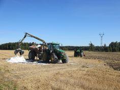 Rakennekalkitus. Tutkimusten mukaan rakennekalkituksella voidaan parantaa savimaan mururakennetta ja vähentää fosforin huuhtoutumista pelloilta Kuva:Linda Röman