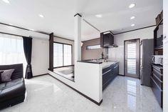 1階は対面キッチンと小上がりの畳コーナーのある広いLDK。一部天井を折り上げ天井にして間接照明をプラス☆Iさんのお住まい夫婦+子供2人敷地面積/108.85㎡(32.9坪)延床面積/138.45㎡(41.5坪)リビングを広く使うため、ダイニ Tatami Room, Construction, House Plans, Divider, New Homes, Space, Inspiration, Furniture, Japan