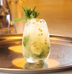¿Se te ocurre un mejor plan que comenzar el fin de semana con un delicioso #cocktail preparado por el gran #JavierCaballero?   #LEGGS #Barcelona #ConUnPar