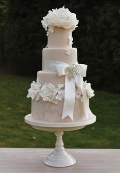 36 Wedding Cake Ideas with Luxurious Floral Designs: http://www.modwedding.com/2014/10/24/36-wedding-cake-ideas-luxurious-floral-designs/ via Sweet Tiers Cakes