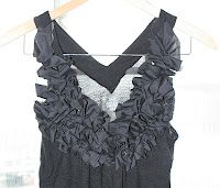 Love this site, great tshirt repourposing ideas. la vie en rose: DIY Ruffle Shirt (no sew option) Sewing Hacks, Sewing Tutorials, Sewing Crafts, Sewing Projects, Sewing Ideas, Diy Clothing, Sewing Clothes, Clothes Refashion, Restyle Clothing