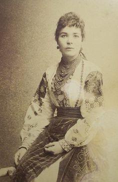 Some folk fashion in Ukraine existed more than 100 years ago Ukrainian Dress, Ukrainian Art, Old Photos, Vintage Photos, Vintage Photographs, Traditional Fashion, Traditional Outfits, Ukraine, Folk Fashion