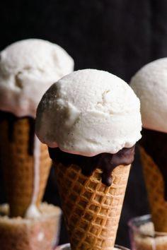 Vegan vanilla ice cream made with coconut milk, maple syrup and vanilla extract. Gluten free, dairy free and delicious coconut ice cream recipe. Brownie Desserts, Oreo Dessert, Mini Desserts, Vegan Sweets, Healthy Sweets, Vegan Desserts, Healthy Snacks, Dessert Recipes, Coconut Ice Cream
