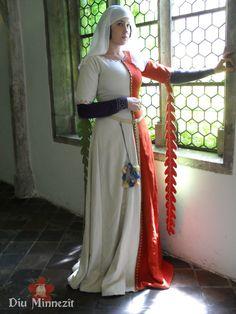 Surcot  białoczerwony  z wełny Mi-Parti , z przodu guziki XIV wiek