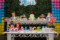 Minha pequena Alice fez 1 ano e claro que teve festa! afinal, ela é filha de quem? rs. Foi muito especial fazer esse aniversário pra ela porque tratei de cuidar de cada detalhe pessoalmente com a ajuda incrível das minhas amigas Mai e Débora, então cada detalhes que vocês verem aqui neste post tem a minha mão e o meu toque final.