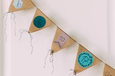 DIY Adventskalender als Girlande aus Kraftpapier