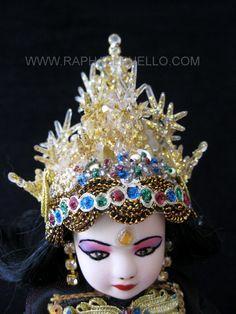 INDONESIA.DETALLE DEL TOCADO. WWW.RAPHAELPUELLO.COM./ARTESANÍAS/VESTIDOS DELMUNDO.