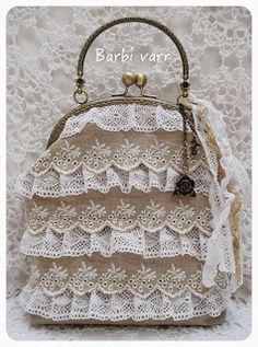 romantic frame purse with linen and lace Lace Purse, Diy Purse, Bridal Handbags, Diy Sac, Potli Bags, Fabric Purses, Boho Bags, Beaded Purses, Vintage Purses