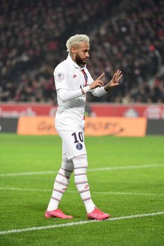 Hearts of Truth — Neymar honoring Kobe Bryant while celebrating his. Neymar Football, Messi Soccer, Soccer Memes, Soccer Quotes, Soccer Tips, Neymar Hot, Neymar Memes, Neymar Girlfriend, Kids Soccer