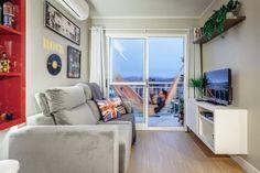 Este apartamento é pequeno, mas tem uma boa área para receber e uma sacada com horta e rede para descansar Living Pequeños, Tiny House Living, Living Room, Mini Loft, Condo Decorating, Decorating Small Spaces, Basement Apartment, Apartment Living, Basement Paint Colors