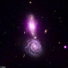 Às vezes, as galáxias brincam de bate-bate. No ano passado, a NASA flagrou o resultado de uma colisão entre a VV340 Norte e a VV340 Sul. E não é que parece um ponto de exclamação?!