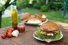 Grilovaný hamburger so slaninkou a s modrým syrom - Recept Salmon Burgers, Hamburger, Chicken, Ethnic Recipes, Food, Essen, Hamburgers, Yemek, Burgers
