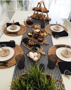 Discover recipes, home ideas, style inspiration and other ideas to try. Breakfast Table Setting, Restaurant Table Setting, Breakfast Desayunos, Breakfast Ideas, Food Platters, Dinning Table, Decoration Table, Food Presentation, Diy Home Decor