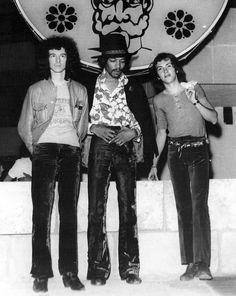 Hendrix en la sala del Sgt. Pepper's de Palma, acompañado de dos de sus musicos: Noel Redding (izquierda) y Mich Mitchell (derecha)