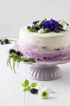 Lila Ombre Torte Mit Heidelbeeren. Sehr Saftige Torte Mit Fruchtiger  Topfen/Quarkcreme Und Schönen