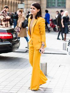 Look da editora russa Miroslava Duma com blazer + calça amarela.