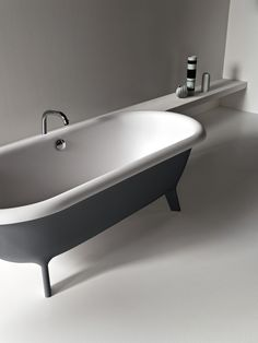 Ottocento two-coloured bathtub with Memory tap.