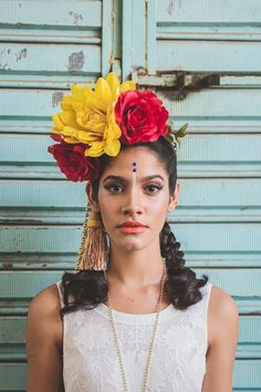 Carnaval 16 | Can Can Acessórios Tiara Diy, Cuban Women, Havana Party, Latin Party, Up Costumes, Costume Ideas, Halloween Costumes, Fantasy Party, Head Crown