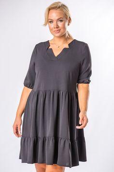 Zaujímavé krátke šaty s padavým strihom, ktoré sú vhodné na bežné nosenie do školy, práce, kina, večeru či na stretnutie s priateľmi. Šaty majú trojštvrťové rukávy na gumičku, výstrih v tvare V, volánikovú sukňu a sú ladené do čiernej farby. Cold Shoulder Dress, Tunic Tops, Spandex, Dresses, Women, Fashion, Vestidos, Moda, Fashion Styles