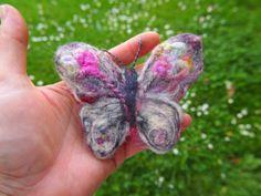 Motýl  s květnami