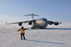 Le Caporal-chef Marie-Eve Canuel procédant au stationnement d'un CC-177 Globemaster III à Station des Forces Canadiennes Alert, Nunavut.