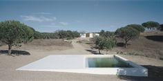 Cette maison contemporaine inspirée par les constructions locales, se trouve en pleine nature non loinde Lisbonne. C'est le célèbre architecte Manuel Aire