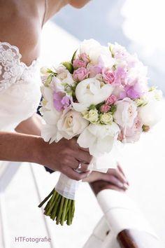 Een écht klassiek biedermeier boeket. Bolvormig gebonden in zachte en lichte tinten Hand Bouquet Wedding, Spring Wedding Flowers, Bridal Flowers, Bridesmaid Bouquet, Floral Wedding, Wedding Bouquets, Wedding Dresses, Brides And Bridesmaids, Wedding Bells