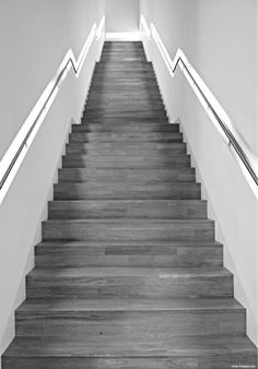 Treppenbeleuchtung ist wichtig! Photo by #smgtreppen www.smg-treppen.de #treppen #stairs # escaleras #holztreppe