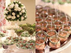 Bolo de casamento mesa de doces detalhes flores brigadeiro