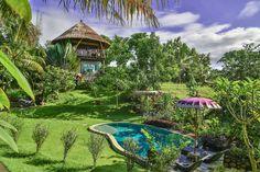 em Balian Beach, Bali, Indonésia.  A casa da árvore Balian está apenas a 3 minutos a pé da praia. Da varanda você pode assistir o nascer do sol na parte da manhã, e apreciar a vista do nosso belo jardim (900m2) com piscina. (Quando totalmente reservado também ver https://airbnb.co...
