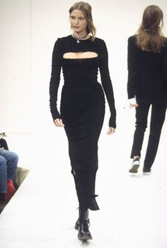 Petite Fashion Tips and were back circa 1992 grunge makes its runway debut 2000s Fashion, High Fashion, Fashion Hacks, French Fashion, Fashion Trends, Petite Fashion Tips, Fashion Tips For Women, Couture Fashion, Runway Fashion