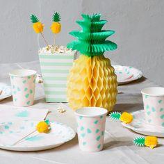 Anna likes to use fun pom poms when setting the table. Pineapple 26cm price DKK 1290 / SEK 1798 / NOK 1798 / EUR 179 / ISK 377 / GBP 1.44 #pompom #pineapple #tablesetting #party #inspiration #sostrenegrene #søstrenegrene #greneparty