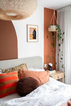 Slaapkamer makeover met najaarskleuren - Enter My Attic Room Wall Decor, Living Room Decor, Bedroom Decor, Entryway Decor, Design Seeds, Home Bedroom, Dream Bedroom, Bedrooms, Vintage Home Decor