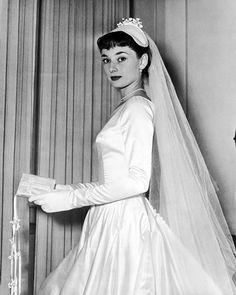 Matrimoni vintageRoma, 23 Settembre 1952: Audrey Hepburn posa con l'abito disegnato per lei dalle sorelle Fontana per il matrimonio con James Hanson