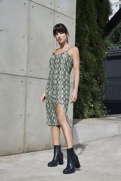 Quer um look bem modal, confortável e cheio de atitude? O vestido de alcinha com estampa de cobra neon traz a sensualidade e a modernidade perfeita para o dia dos namorados. #VemProvar
