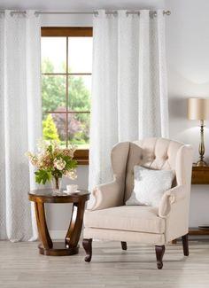 Obývačka v klasickom štýle    #obyvacka#kreslo#zavess#hneda#bezova Wingback Chair, Accent Chairs, Furniture, Custard, Design, Home Decor, Living Room, Classic Style, Homes