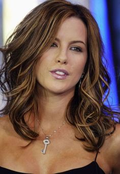 New hair color ideas for brunettes with highlights kate beckinsale Ideas My Hairstyle, Pretty Hairstyles, Kate Beckinsale Hair, Corte Y Color, Haircut And Color, Hair Affair, Blonde Highlights, Carmel Highlights, Subtle Highlights